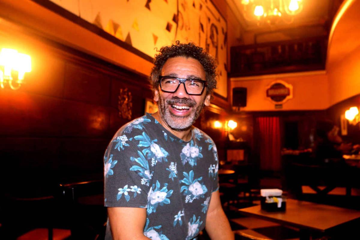 O cantor Wilson Simoninha durante show da Orquestra Saga, no Bar Brahma - Greg Salibian/Folhapress
